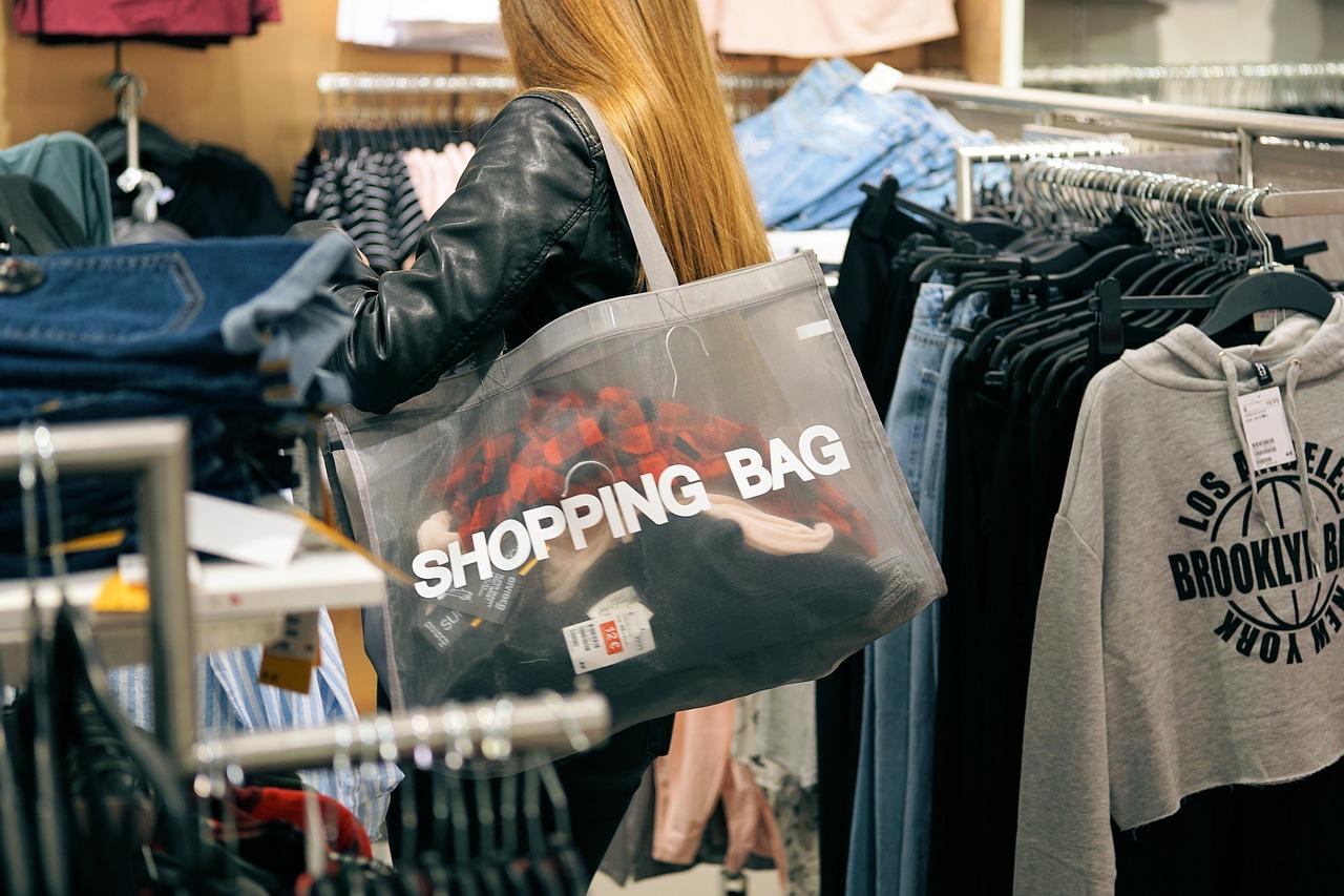 Jaki jest wpływ rówieśników na decyzje zakupowe nastolatków? Młodzi konsumenci w sieci