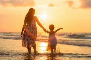 Spłacić kredyt czy odkładać na przyszłość dziecka? A może jedno i drugie? Porównanie rodziny Nowaków i Kowalskich – case study.